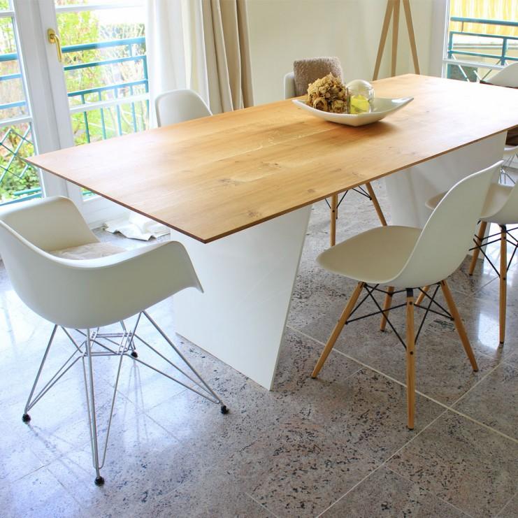 Esstisch MARTHA steht formstabil auf den beiden Tischbeinen aus Stahl, hier weiß lackiert.