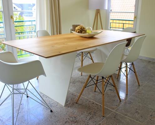 Tisch aus Eiche Vitra Stuhl